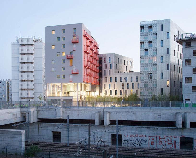 Une fa ade en m tal pour un immeuble quartier mass na paris for Facade immeuble moderne