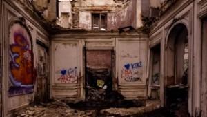 Village abandonné : intérieur écroulé du manoir
