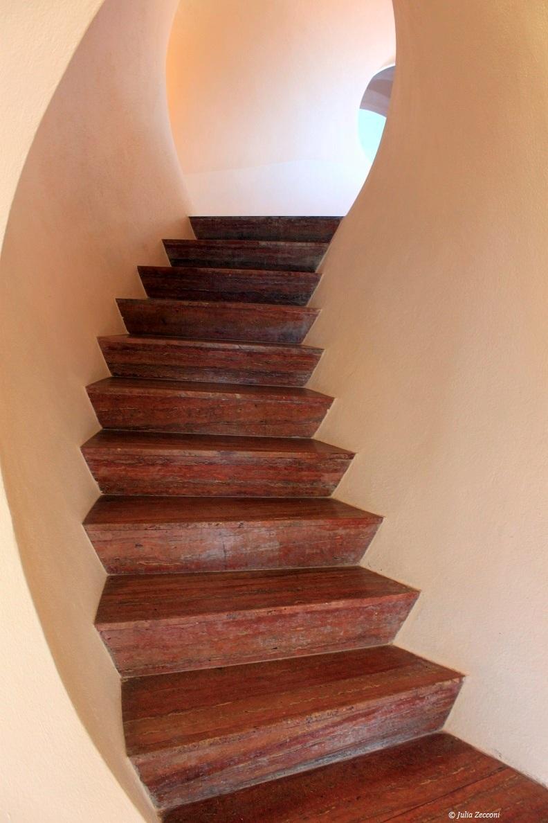 escalier-arrondi-insolite-villa-bulle
