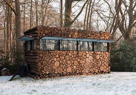 La tree trunk garden house par le designer piet hein eek for Cabane en bois design