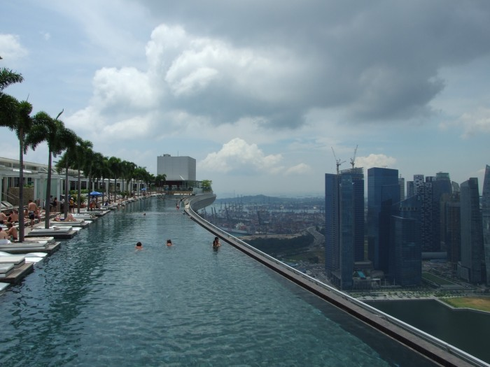 piscine toit marina bay sands singapour1 700x525 Plus dimages du Marina Bay Sands Singapour